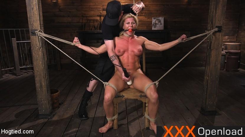 Bondaged Ariel X spritzt hart ab, während er in beide Löcher gespielt wird